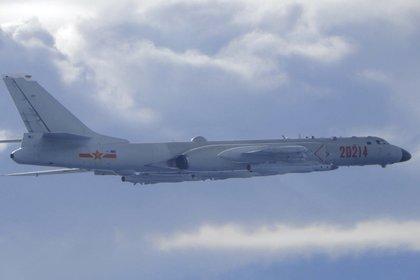 En esta imagen difundida por el ministerio de Defensa Nacional de Taiwán se ve un bombardero H-6 del Ejército de Liberación Popular chino mientras vuela cerca de la zona de identificación de defensa aérea de Taiwán, el viernes 18 de septiembre de 2020. (ministerio de Defensa Nacional de Taiwán vía AP)