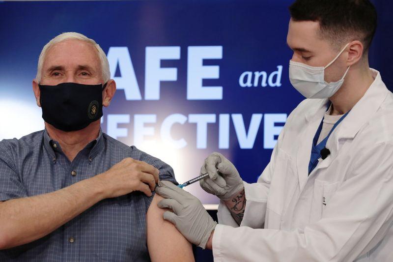 El ex vicepresidente de Estados Unidos, Mike Pence, recibe la vacuna contra el coronavirus (Foto: REUTERS)