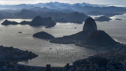 La investigación sobre los efectos de los viajes en Brasil, muestra que aunque el país detuvo el 90% de los viajes aéreos a partir de marzo, el virus se propagó desde los grandes centros urbanos a otras regiones del país (AFP)