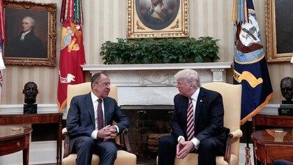 Presentan nuevas versiones sobre la relación de Donald Trump con el Gobierno ruso (AP)
