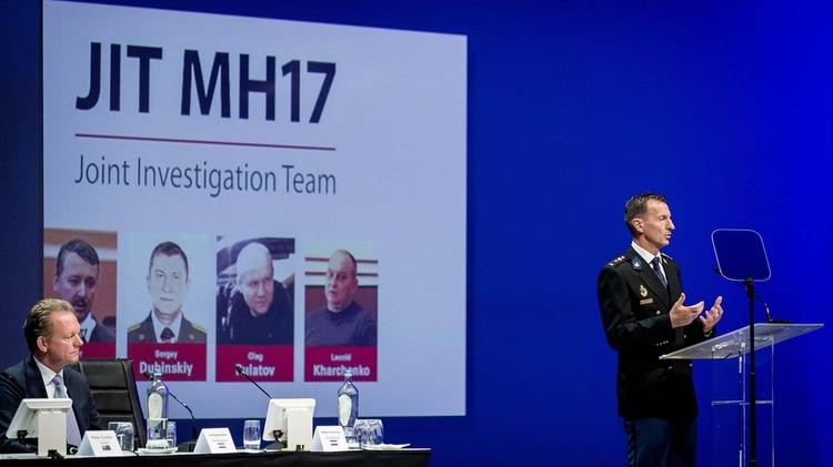 Wilbert Paulissen del Joint Investigation Team (JIT) explica cómo fue disparado y quién lanzó el misil que derribó al vuelo MH17 de Malaysia Airlines en Ucrania. El juicio comenzará en los próximos días en Holanda. (Photo by Robin van Lonkhuijsen / ANP / AFP)