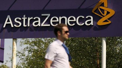 En la imagen de archivo un hombre pasa junto a un cartel de AstraZeneca en Macclesfield (Reuters)