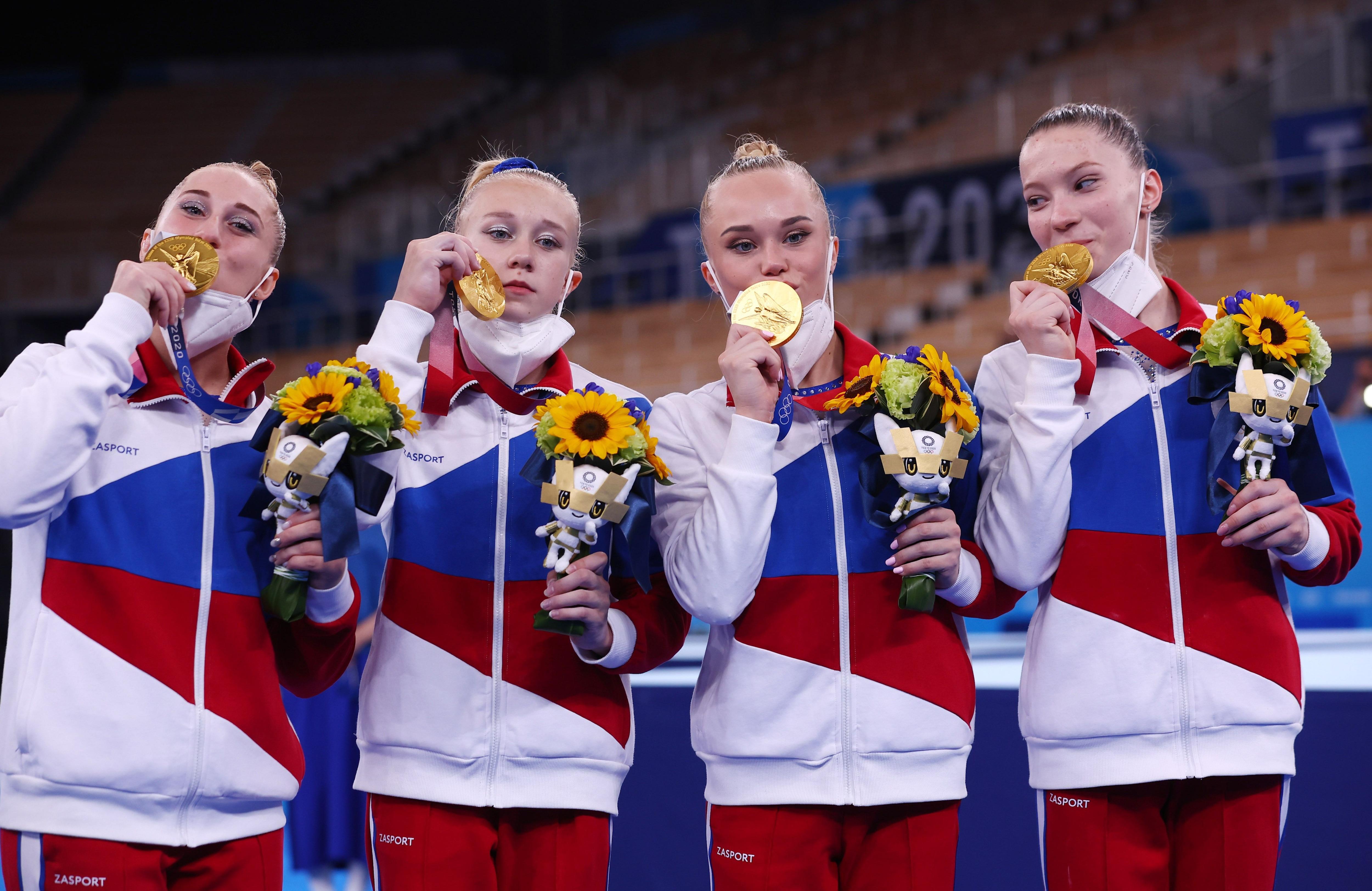 Angelina Melnikova, Vladislava Urazova, Liliia Akhaimova y Viktoriia Listunova en lo más alto del podio de la gimnasia en Tokio 2020 (EUTERS/Mike Blake)