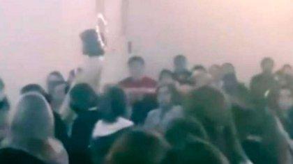 Una captura de video de la celebración en la parroquia