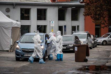 Eslovaquia busca una alternativa al cierre económico con test a toda la población (EFE/EPA/JAKUB GAVLAK)
