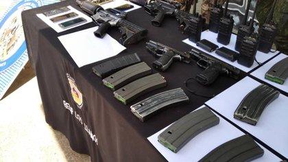 Armamento y equipos de comunicaciones que incautaron en el procedimiento contra las FARC,
