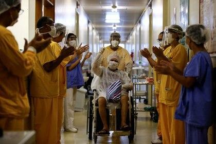 Un paciente sale del hospital en Porto Alegre, Brasil (Reuters)