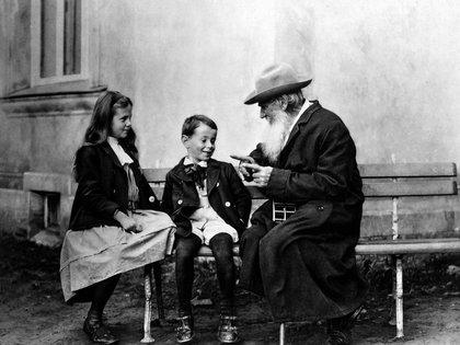 Tolstói junto a sus hijos (Cortesía: Wikimedia)