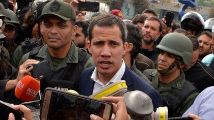Juan Guaidó, rodeado de soldados