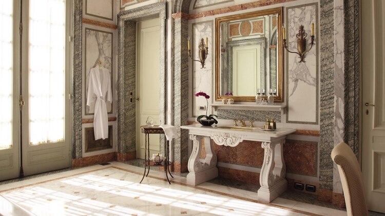 El baño es de mármoles italianos y franceses de 1920 y cuenta con canillas de oro