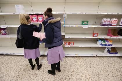 Empleadas sanitarias realizan compras en Newcastle (Reuters)