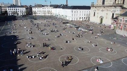 Foto de archivo: Jóvenes se relajan dentro de círculos pintados por las autoridades locales en la Plaza de San Pedro en Gante, Bélgica, para fomentar el respeto al distanciamiento social. Imagen tomada con un drone el 29 de marzo de 2021. REUTERS/Bart Biesemans