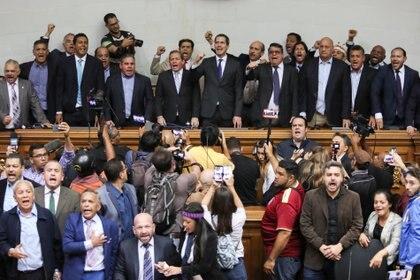 Guaidó junto a los legisladores opositores, luego de ingresar a la Asamblea Nacional. Foto: REUTERS/Fausto Torrealba
