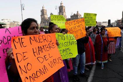 Artesanos de Oaxaca protestan en las afueras del Palacio Nacional reclamando empleos REUTERS/Henry Romero