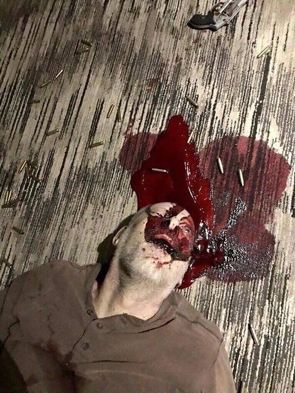 La imagen de Stephen Paddock muerto que da la vuelta al mundo (Alex Jones)