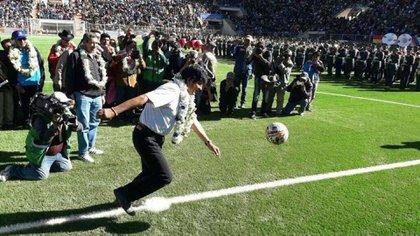 Después de Macri, Evo Morales es uno de los presidentes más interesados en el fútbol. Además de jugarlo, no pierde oportunidad de dar puntapié inicial