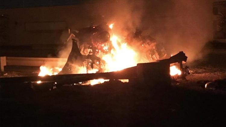 Usuarios en las redes sociales divulgaron la imagen de un auto civil quemado por el impacto de los misiles