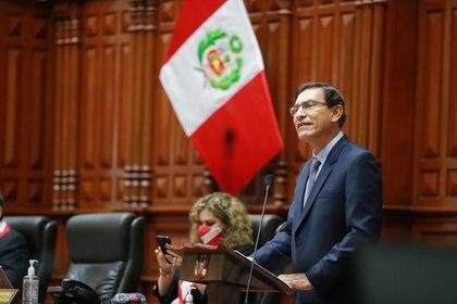 Foto del lunes del Presidente de Perú, Martin Vizcarra, hablando en el Congreso antes de la votación que terminó con su destitución.  Nov 9, 2020. Presidencia Peru/Handout via REUTERS.  ESTA IMAGEN FUE PROVISTA POR UNA TERCERA PARTE, PROHIBIDA SU REVENTA O SU USO COMO ARCHIVO