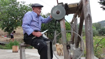 Una persona mayor del sur de Italia trabajando desde su hogar