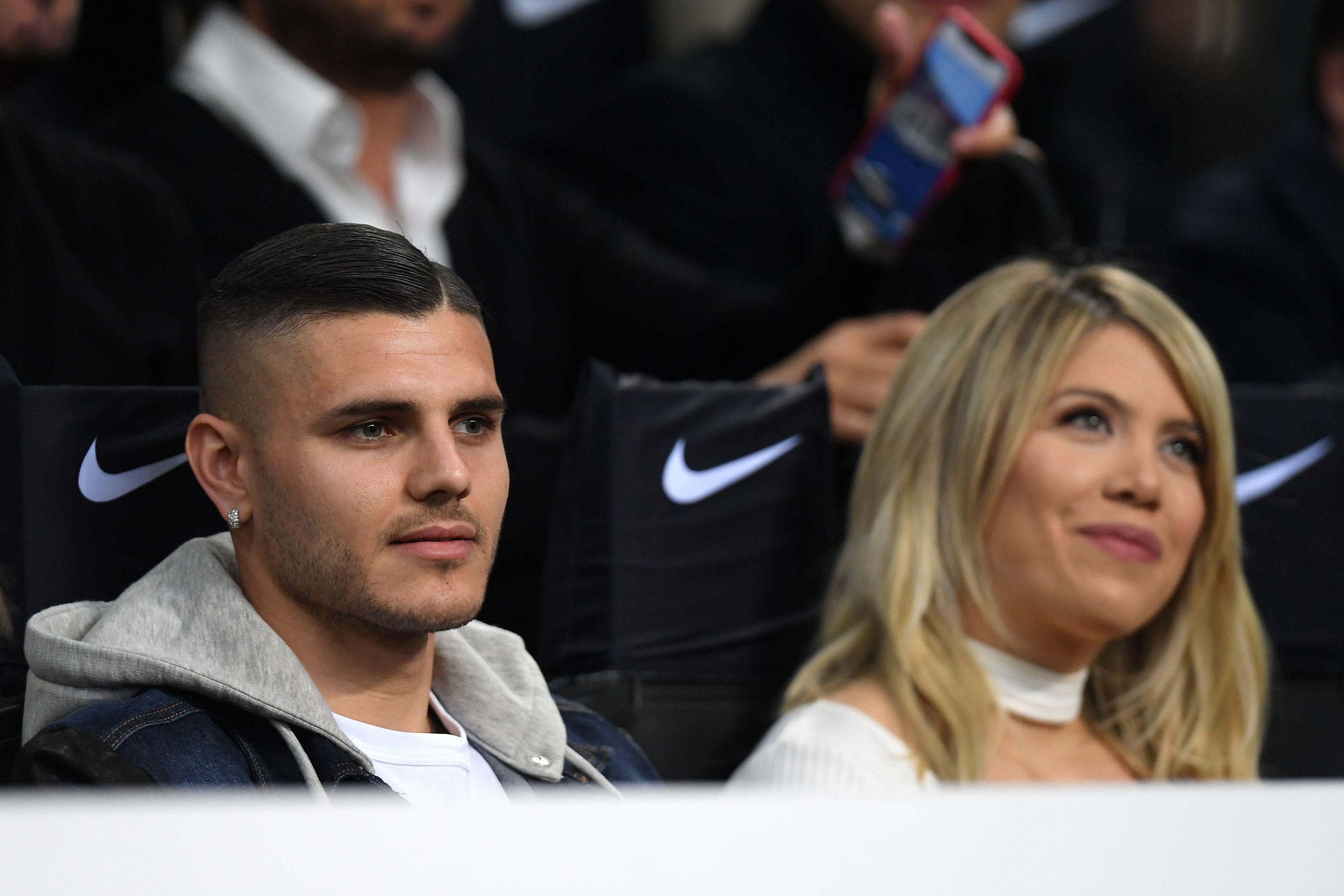 Wanda Nara y Mauro Icardi en la platea del Giuseppe Meazza cuando el delantero pertenecía al Inter. Foto: REUTERS/Daniele Mascolo