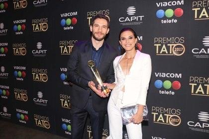 """Manuela Pal y Michael Noher subieron al escenario a buscar el premio por """"La búsqueda de Laura"""" en el rubro ficción corta cable/web"""