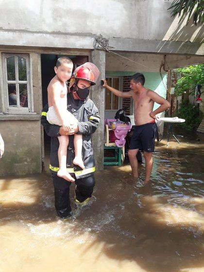 Entre los evacuados había 180 adultos y 80 menores. Por el nivel que escaló el agua, la mayoría de ellos debió salir de sus domicilios en brazos de los bomberos o del personal policial.