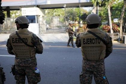 Soldados se paran frente al congreso salvadoreño antes de una protesta de los partidarios del presidente Nayib Bukele (Reuters)