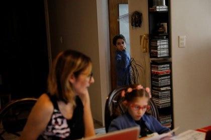 Las madres se pusieron al hombro la continuidad pedagógica en el hogar REUTERS / Carlos Jasso