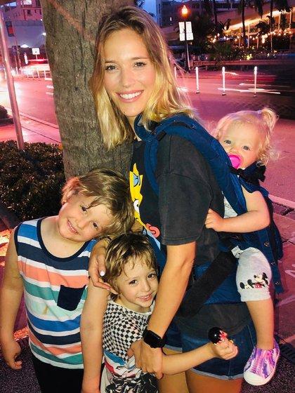Luisana junto a sus hijos