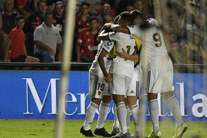 Boca goleó en Santa Fe y estiró la definición del torneo hasta la última fecha (Fotobaires)