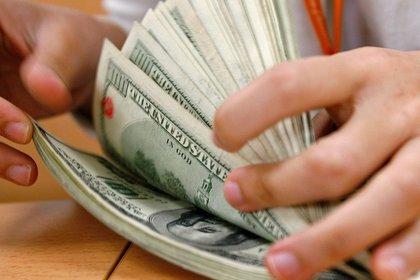 El precio del dólar libre cae 23 pesos en 2021. (EFE)