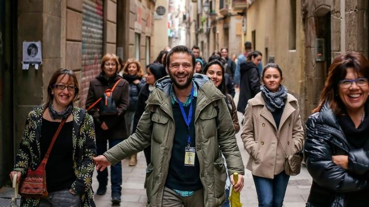 Dejó su carrera como abogado en Argentina para hacer tours gratis en Barcelona y ahora gana el doble