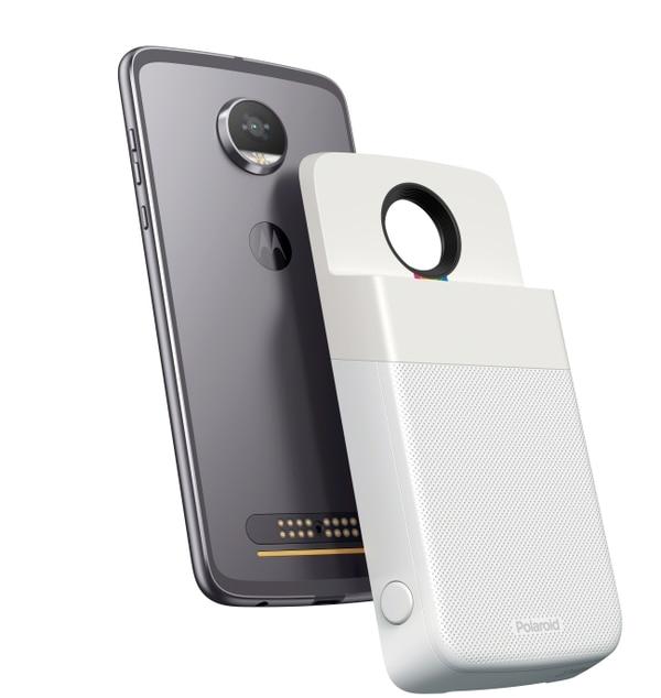 El accesorio se adhiere por medio de imanes a la Moto Z Play de primera y segunda generación