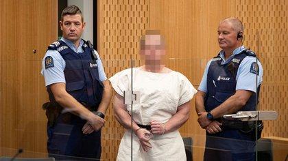 """Al presentarse ante un tribunal un día después de su masacre en Nueva Zelanda el 15 de marzo, Brenton Tarrant realizó con su mano derecha un gesto de la ideología """"White Power"""" (Supremacía Blanca) (Reuters)"""