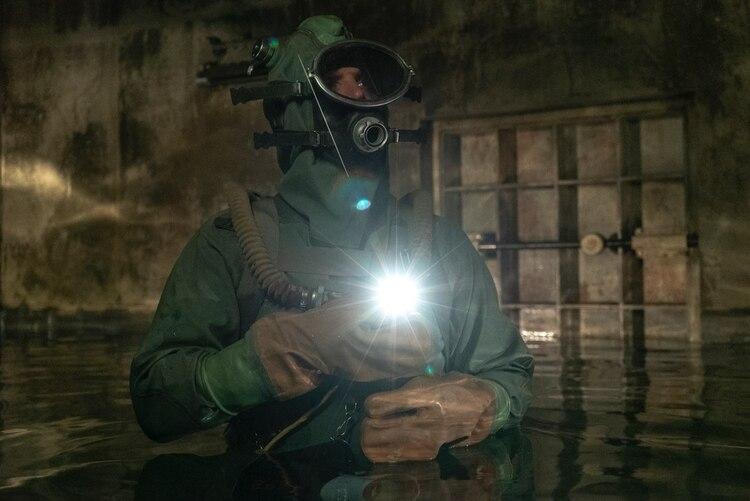 Una de las partes más atragantes de la serie: tres hombres se sumergen en agua contaminada para salvar a la humanidad.