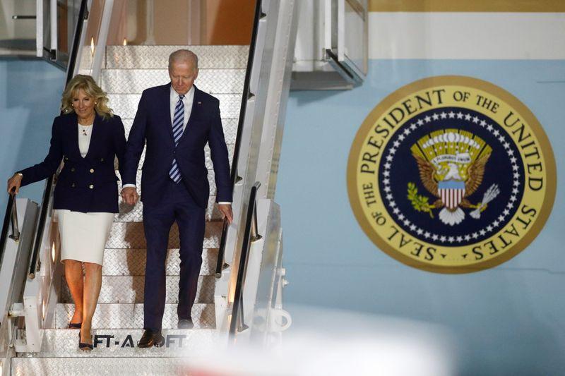 El presidente de Estados Unidos, Joe Biden, y la primera dama, Jill Biden, desembarcan del Air Force One a su llegada al aeropuerto de Cornualles, cerca de Newquay, Cornualles, Reino Unido, el 9 de junio de 2021. REUTERS/Phil Noble