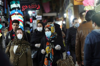 Los iraníes salieron a hacer las compras del Nourus, el año nuevo persa. Aquí, un grupo de clientes cubiertos con barbijos en el mercado de Tajrish, en Teherán. WANA (West Asia News Agency)/Ali Khara via REUTERS