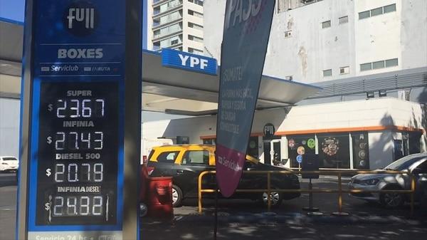 Las estaciones de servicio de YPF ya exhiben nuevos precios. (Augusto Fornaciari)
