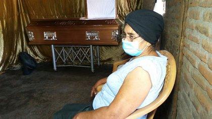 """Doña Luisa Rizo vela a su hijo asesinado. """"Aquí ya uno no se puede ni expresar"""", ha dicho, e insiste que el crimen contra su hijo fue político. (Cortesía La Prensa)"""