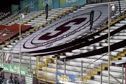 Fotograf�a de una tribuna sin p�blico y con una pancarta con el escudo de Saprissa. EFE/Jeffrey Arguedas/Archivo