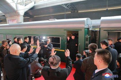 En esta imagen de archivo, el norcoreano aparece en su tren durante una escala en Beijing, China
