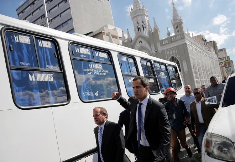 Guaidó encabeza la caravana de diputados contrarios al chavismo (Reuters/ Manaure Quintero)