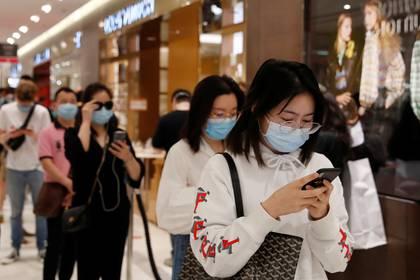 Clientes con máscaras faciales compran en centros comerciales de París REUTERS/Gonzalo Fuentes