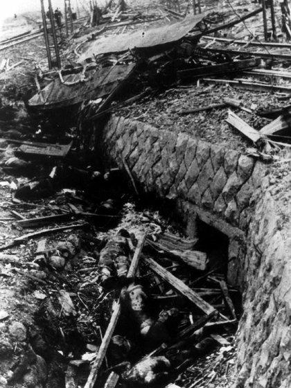 Una foto de una película japonesa capturada muestra a las víctimas de la bomba atómica, que fueron arrojadas fuera de un tranvía en el que viajaban cuando la bomba cayó sobre Nagasaki, Japón, el 9 de agosto de 1945 (REUTERS)