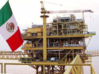 Torre petrolera de extracción en territorio mexicano (Foto: Twitter / @Pemex)