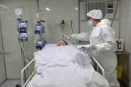 Un paciente con coronavirus es tratado en la Unidad de Cuidados Intensivos de un hospital montado en Guarulhos, San Pablo REUTERS/Amanda Perobelli