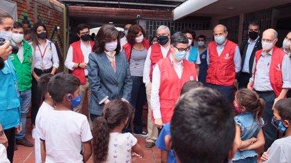 La ministra de Asuntos Exteriores, Arancha González Laya, y la canciller colombiana, Claudia Blum, en una visita a los migrantes venezolanos en la frontera con Colombia (Europa Press)