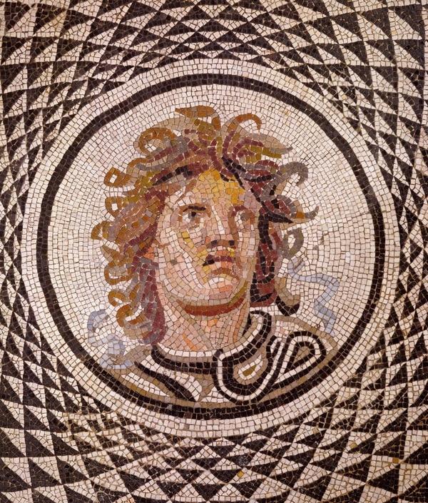 Mosaicos con la cabeza de Medusa, alrededor del 115–150 a.e.c., cortesía de J. Paul Getty Museum, Los Ángeles
