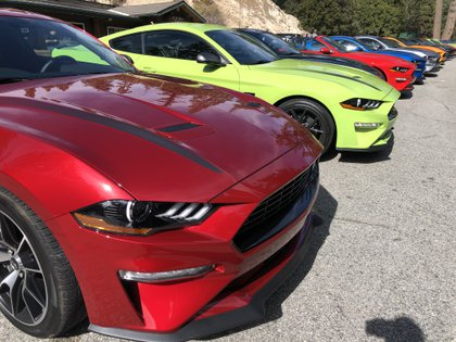 Más de 70 Mustang en Los Angeles para el lanzamiento del nuevo mach-E. Infobae estuvo allí