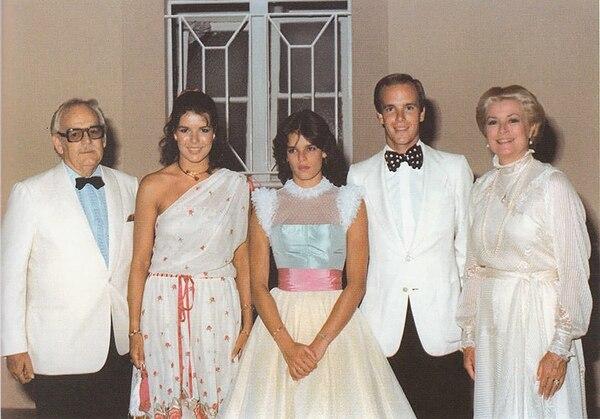 17 julio 1982 en Beach Club Montecarlo, la última foto de gala juntos:Rainiero, Carolina, Estefanía, Alberto y Grace